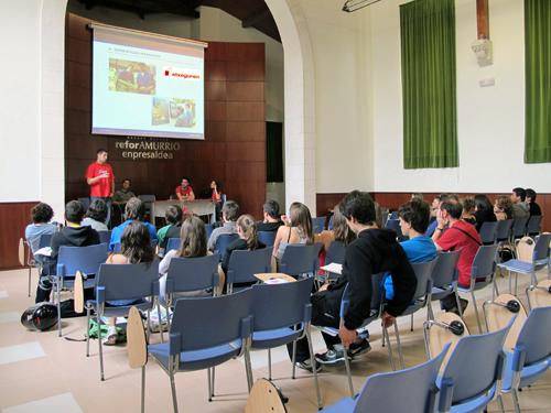 el equipo de etxeguren dando una charla